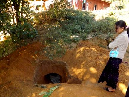 Photo of Laiza residents dig bunkers to protect from bombs dropped by government's jet fighters