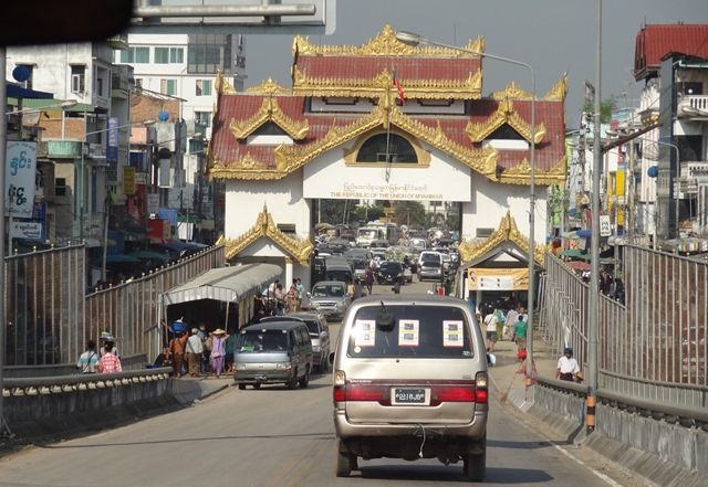 Photo of Burma Closes Thai-Burma Friendship Bridge to Foreigners – Residents Worry Unofficial Crossings Still Operating