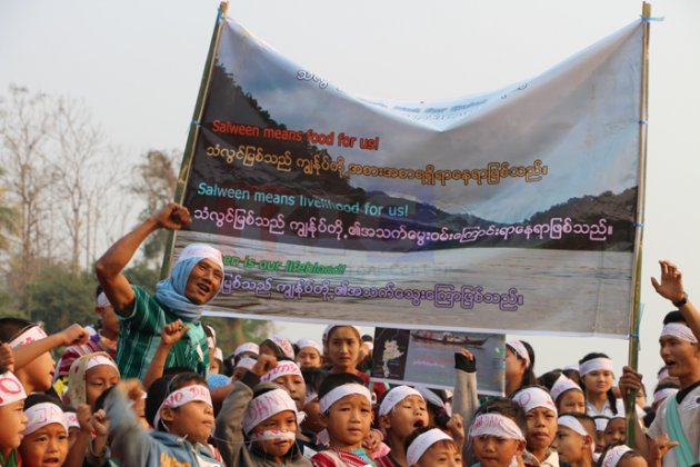 "Photo of ""We Want Peace, Not Dams…"" – 1000's of Villagers Protest Proposed Salween Dams in Karen State"