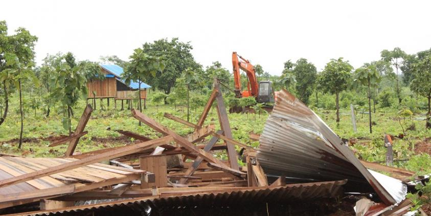 Photo of Authorities Forcibly Abolish Buildings on Land Given away by the Military in San-pa-ree Village Tract