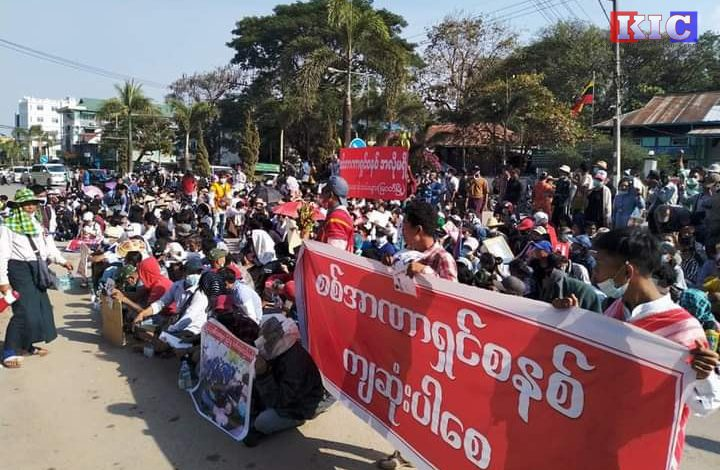 Photo of Myawaddy Protesters Press Police for the Release of Detained Activists